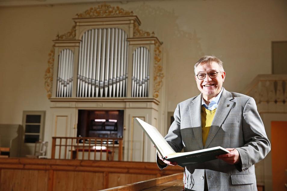 Der Kamenzer Kirchenmusikdirektor Michael Pöche freut sich über die restaurierte Orgel in der Begräbniskirche St. Just.