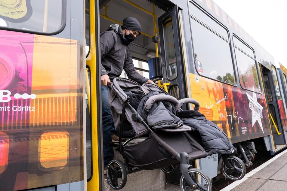 Clemenz Jonkisch hievt an der Endhaltestelle in Weinhübel den Kinderwagen in die Bahn.
