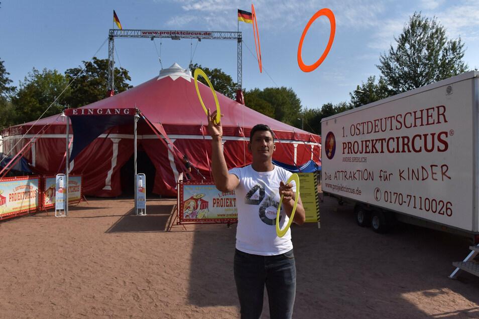 Zirkusdirektor Andre Sperlich zeigt, dass er es auch selber kann.