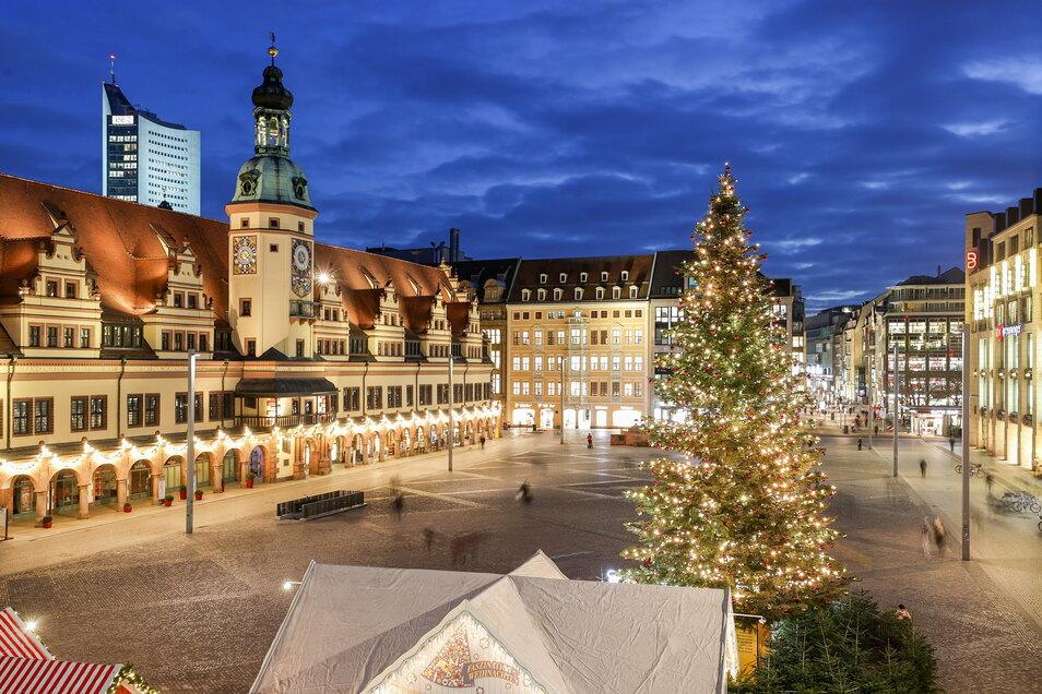Der geschmückte Weihnachtsbaum steht einsam auf dem Leipziger Marktplatz.