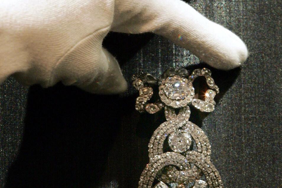 """Der Orden mit dem """"Großen Grünen Diamanten"""" des Königs August III. Der Edelstein mit 41 Karat wurde Mitte des 18. Jahrhunderts vom Hofgoldschmied Johann Friedrich Dinglinger in den Golden-Flies-Orden zusammen mit 411 Brillanten und einem weiteren Diamante"""