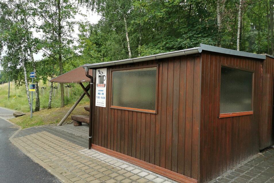 """Familie Fischer betreibt seit 27 Jahren den Imbiss an der Königsbrücker Straße. Eventuell bauen sie nun eine feste Toilette in die alte """"Lindenterrasse"""" ein. Erste Gespräche dazu gab es."""
