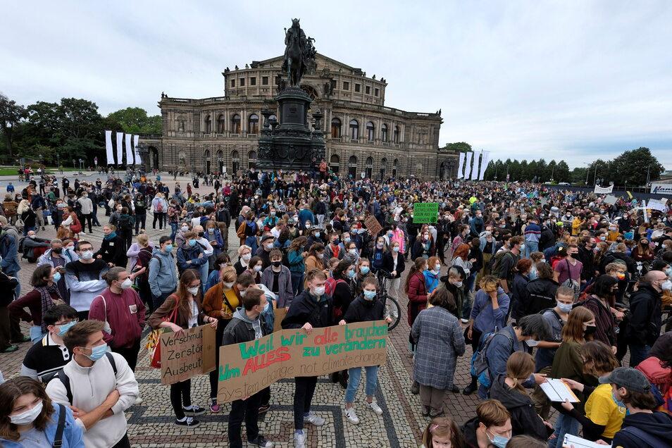 In Dresden mobilisierte Fridays for Future zu einer Großdemo auf dem Theaterplatz.