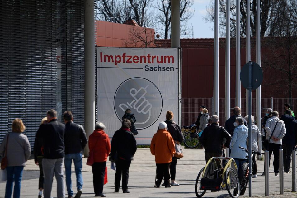 Nicht jeder, der einen Impftermin für das Zentrum in der Dresdner Messe bekommt, gehört tatsächlich zu den Priorisierungsgruppen. Das wird oft erst vor Ort festgestellt.