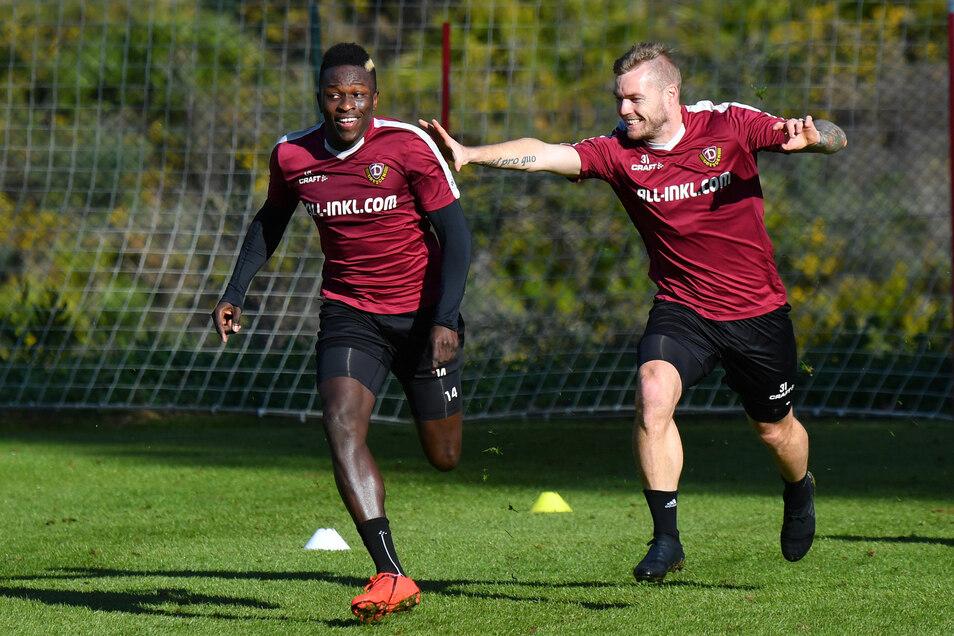 Schnell ist er, und vielleicht auch ganz schnell weg? Transfer-Gerüchte gibt es immer wieder, im Training - hier im Sprintduell gegen Brian Hamalainen - präsentiert sich Moussa Koné hochmotiviert.
