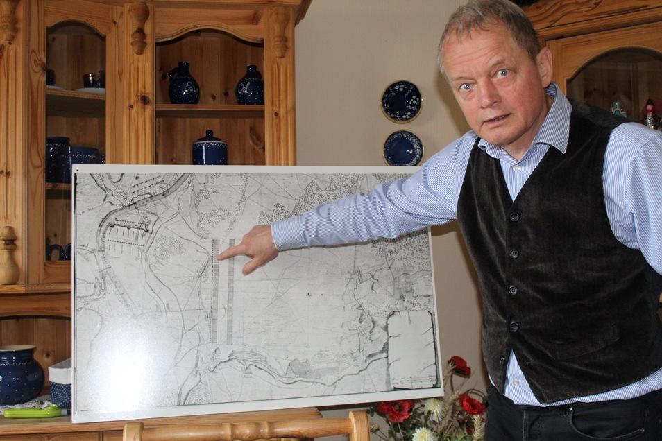 Jörg Runow von Geschichts- und Traditionsverein Zeithain/Sachsen e. V. zeigt auf die Landkarte des Zeithainer Lustlagers.