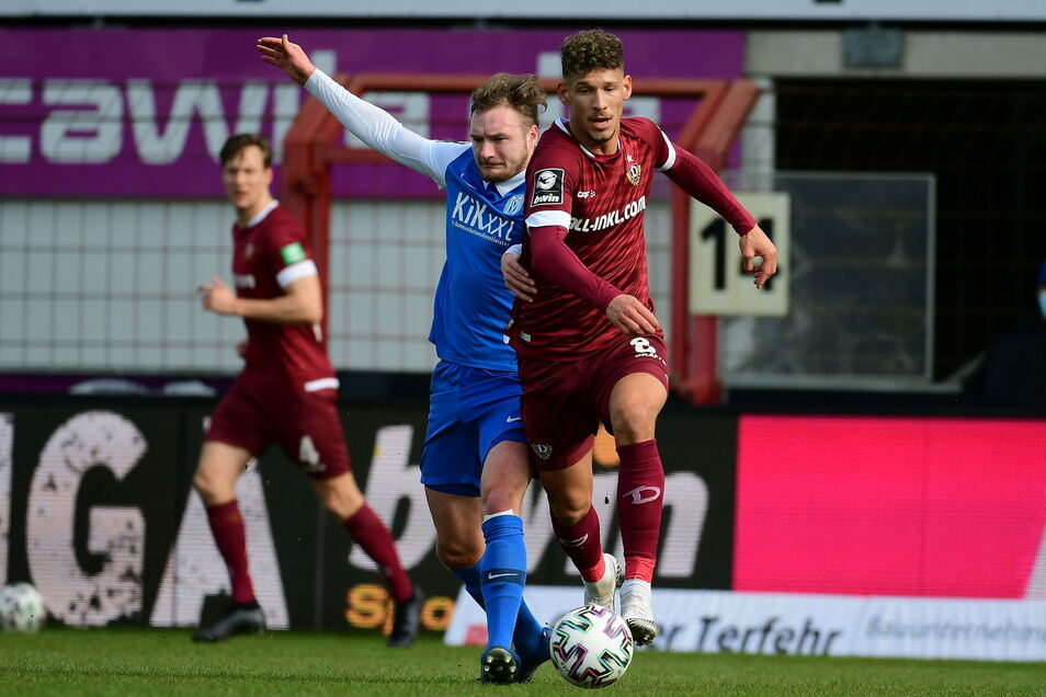 Heinz Moerschel setzt sich gegen Florian Egerer durch. In der 25. Minute traf er per direktem Freistoß zum 2:0.