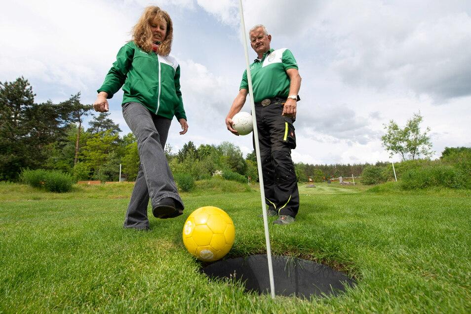 Dagmar und Ralf Fellendorf freuen sich auf Besucher auf ihrer Soccergolf-Anlage in Ottendorf-Okrilla.