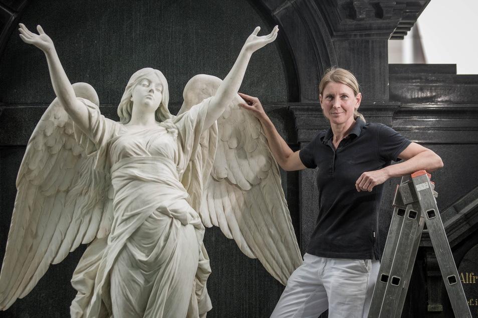 Dank Dana Krause und ihrem Team können Besucher des Dresdner Johannisfriedhofs den Engel von Gustav Heinrich Eberlein auf dem Grab der Familie Roetzschke wieder bewundern.