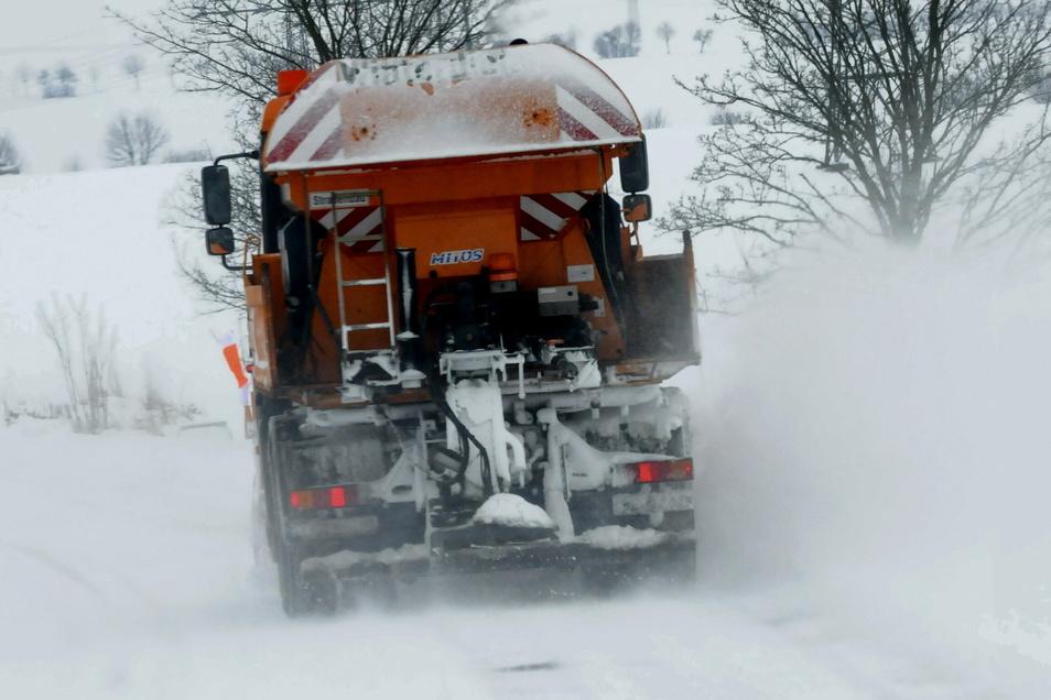 Die Fahrzeuge des Winterdienstes waren am Wochenende zur Stelle und sind auf den erneuten Schneefall eingestellt.