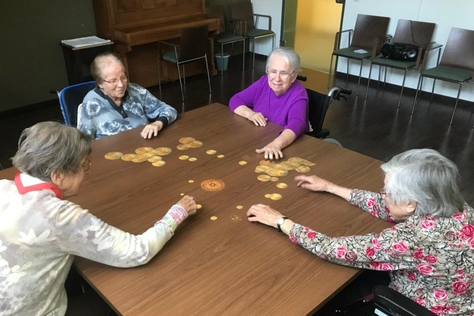 Die Bewohner vom Pflegeheim Großschönau beim Spielen mit der Tovertafel.