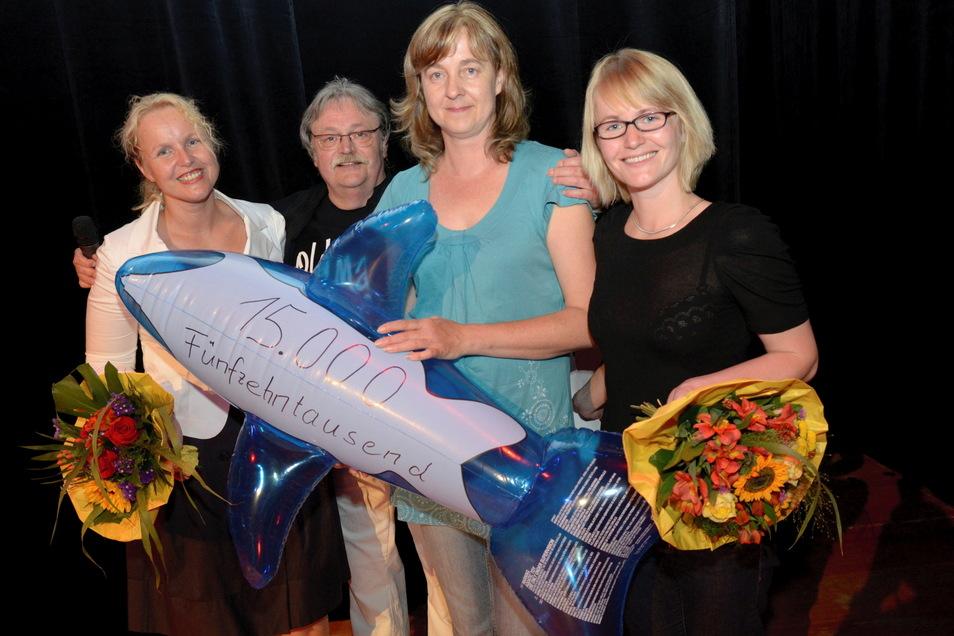 Im Juli 2011 organisierte SZ-Redakteurin Catharina Karlshaus (l.) hier mit Sänger Peter Tschernig, Mutter Manuela Lenuweit und der damaligen Priestewitzer Bürgermeisterin Susann Frentzen, im Kulturschloss ein Benefizkonzert.