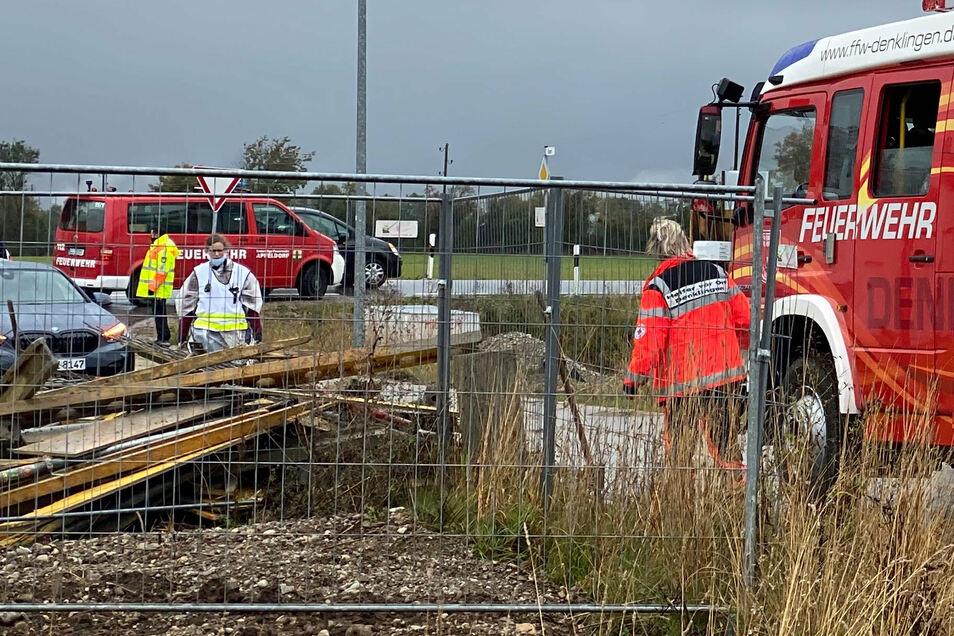 Einsatzkräfte stehen an einer Baustelle in Denklingen. Vier Arbeiter sind dort beim Einsturz einer Betondecke getötet worden.