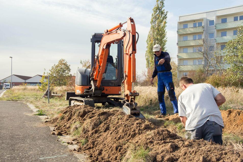 Wenn der Bagger im Einsatz ist, wie im Beispielfoto in Rothenburg, dann ist Vorsicht geboten, wenn Kabel und Leitungen im Graben sichtbar werden.