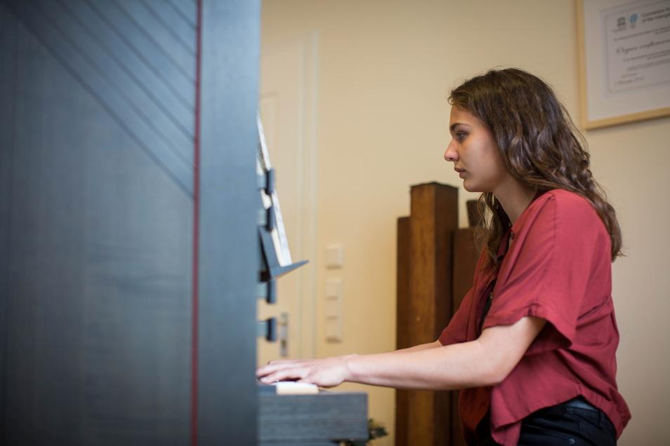 Lea Jehmlich spielt eine kleine Orgel, die einst für die Unterkirche der Frauenkirche gebaut wurde. Die 18-Jährige gehört zur siebenten Generation des Familienunternehmens.