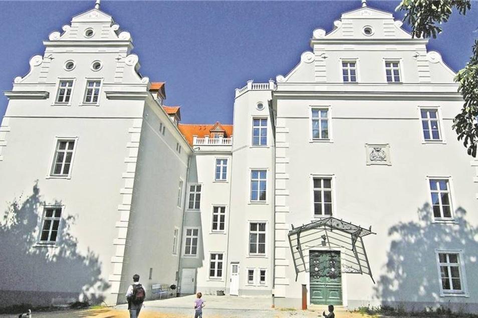 Das ist schade für das Gersdorfer Schloss: Hinter der tollen Fassade breitet sich seit sechs Jahren eine gähnende Leere aus.Fotos: SZ-Archiv/ Gerhard (1), Hecking (4)t