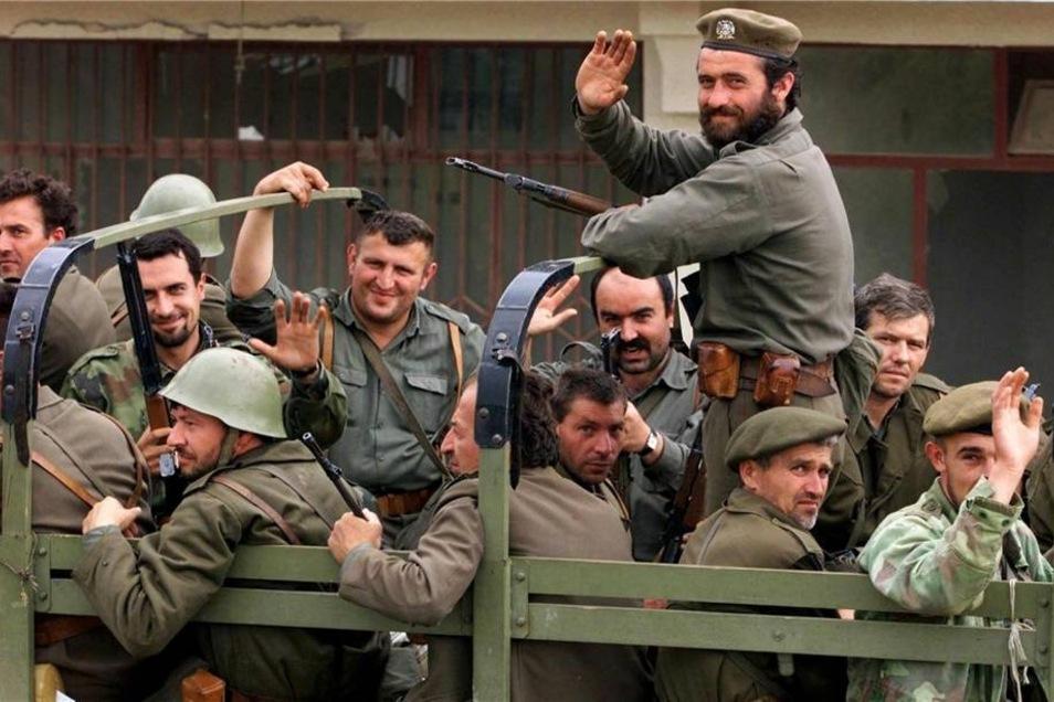 Mitglieder der jugoslawischen Armee verlassen die zehn Kilometer nördlich von Pristina gelegene Ortschaft Luzane.