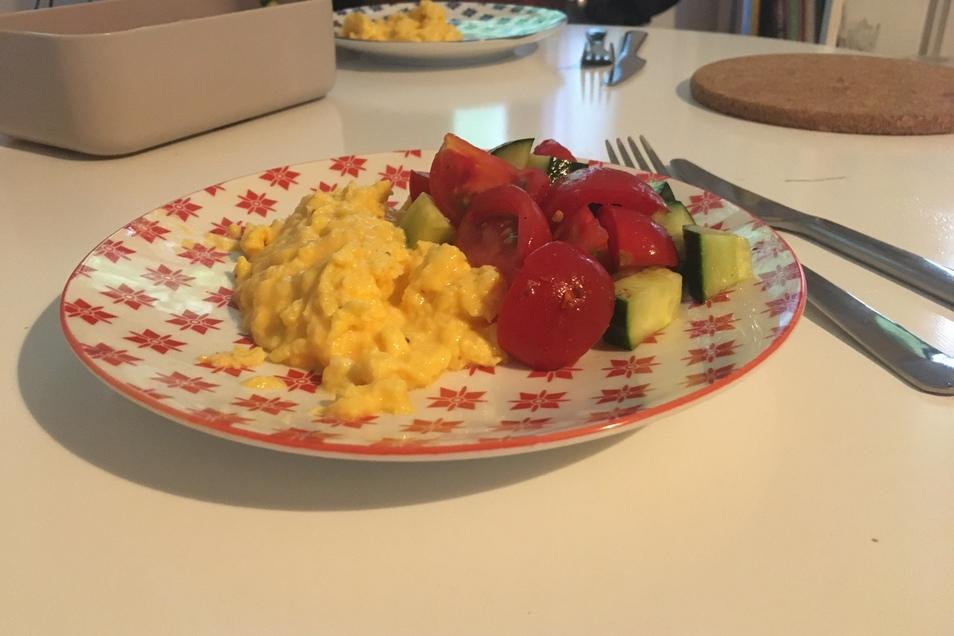 Rührei mit Salat: Sehr lecker, hält aber nicht lange satt.