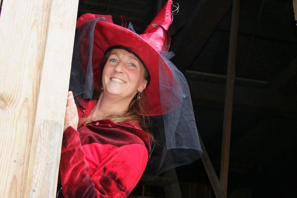 Anke Schutzeichel hat die Märchennacht in Wallroda ins Leben gerufen. Sie und die Vorleser sind an dem Abend fantasievoll verkleidet.