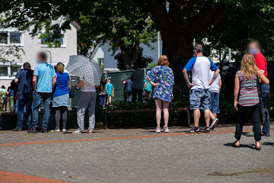 Nordrhein-Westfalen, Gütersloh: Menschen stehen Schlange beim gratis Coronavirus-Test für die Bevölkerung.