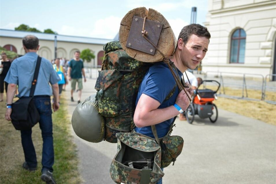 Roland Kossler hat mächtig Gepäck, er teste die 60-Kilo-Variante, die KSK-Soldaten tragen müssen.