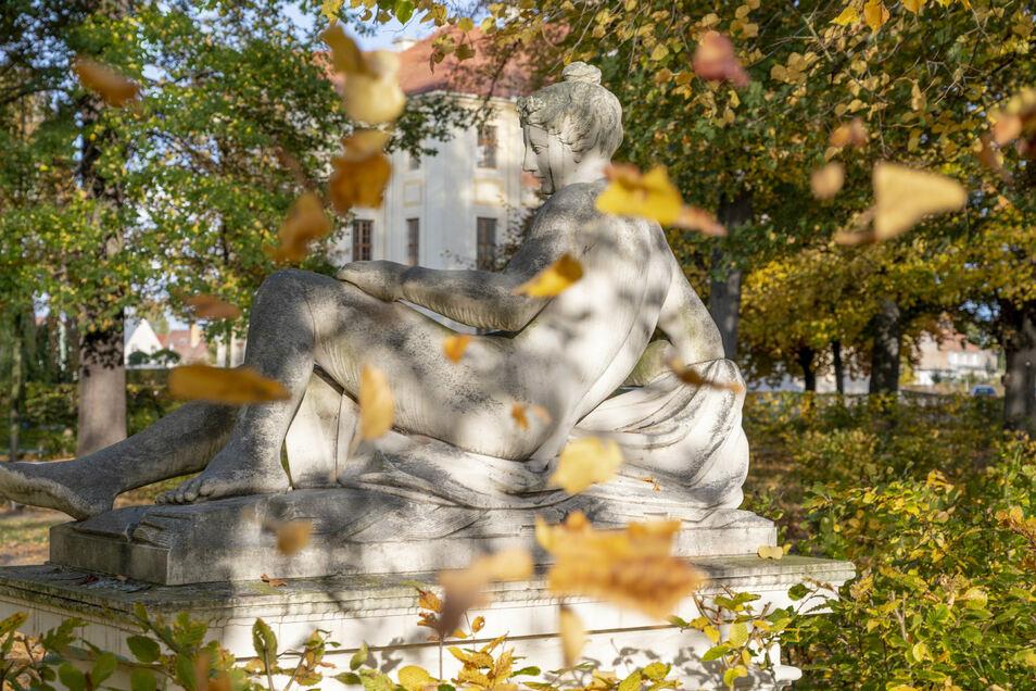 Der Herbst steht auf der Leiter und malt die Blätter an, auch im Zabeltitzer Barockpark. Am 7. November ist doch kein Subbotnik möglich.