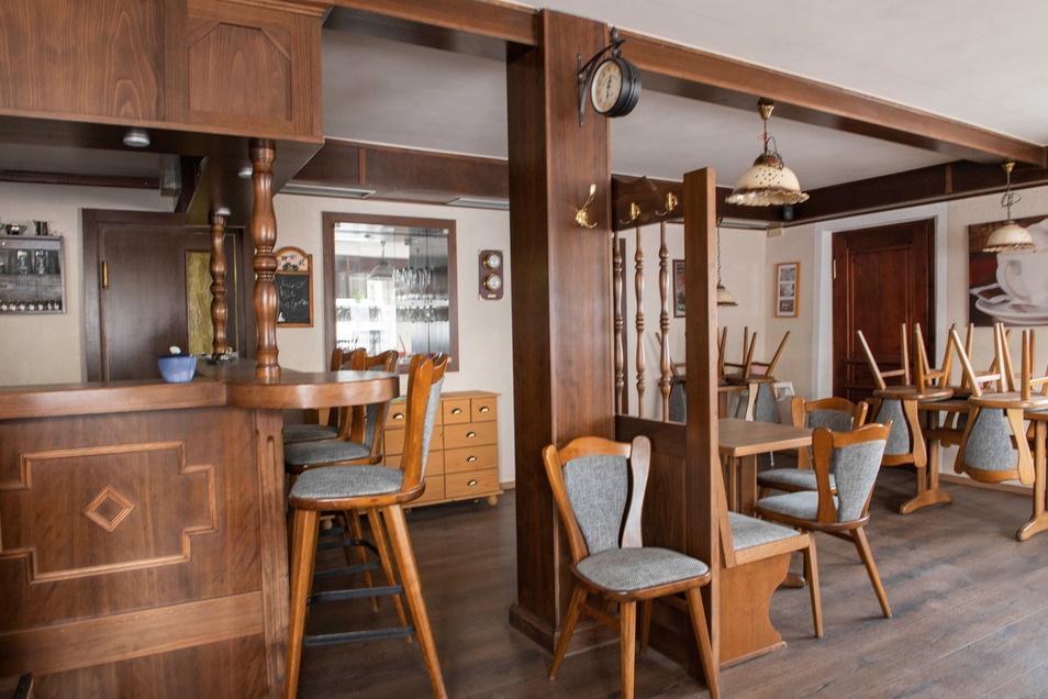 In den Räumen der Gaststätte schaut es so aus, als wären die letzten Gäste erst eben gegangen. Komplett eingerichtet, warten sie eigentlich auf einen neuen Betreiber.