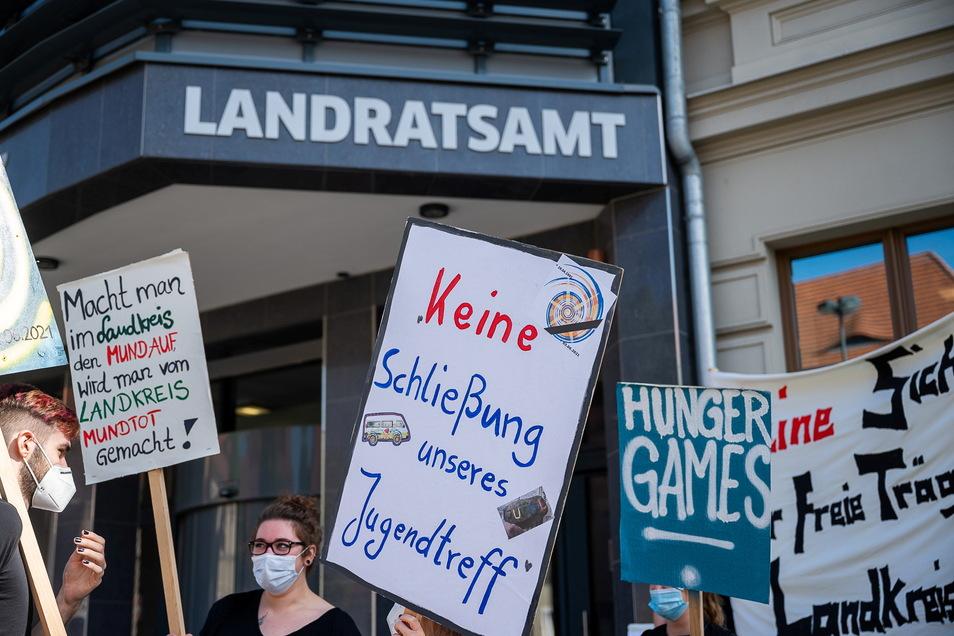 Demonstration des Jugendrings Oberlausitz gegen die Einstellung von Zahlungen vor dem Landratsamt in Görlitz: Inzwischen hat ein Gericht entschieden.