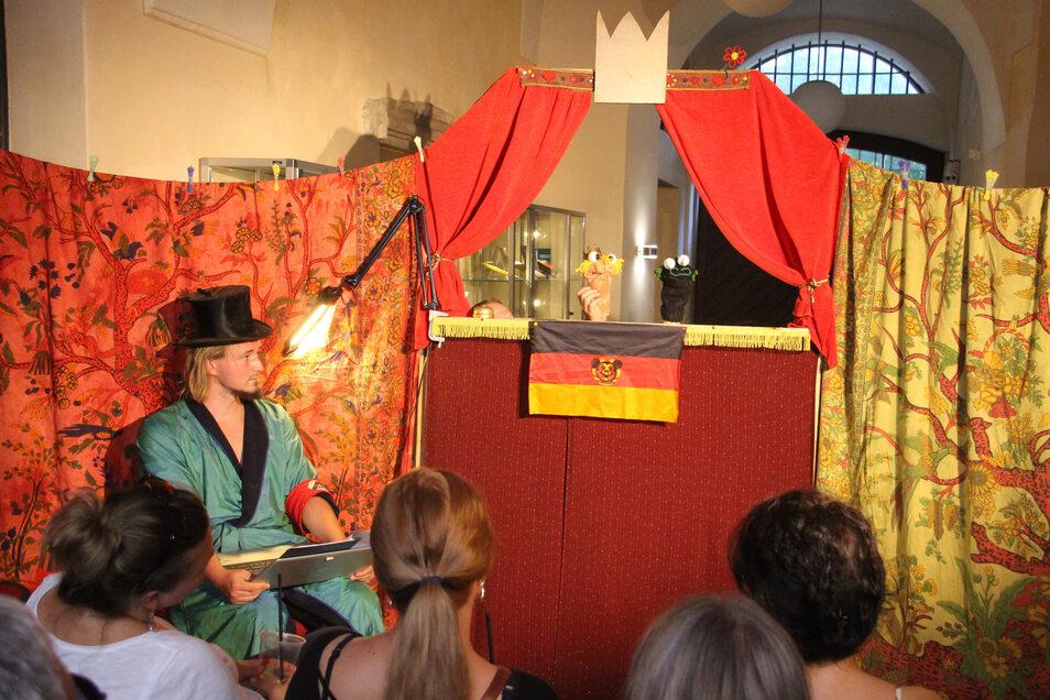 Puppentheater für Erwachsene gab es in der Stadtbibliothek.