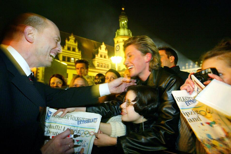 Nach dem Sieg in München fliegt die Delegation um Wolfgang Tiefensee nach Leipzig und feiert mit Tausenden Menschen auf dem Marktplatz.