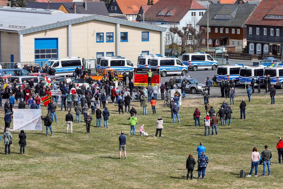 Viele Leute aus Großschönau und der Umgebung verfolgten auch neben dem Kundgebungsplatz von der Wiese aus die Protest-Aktion.