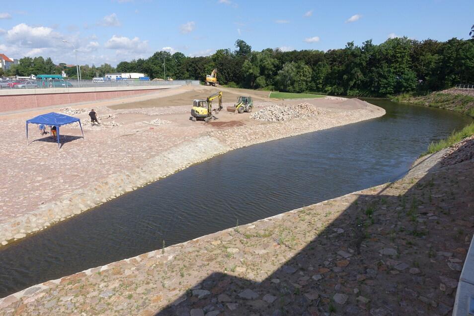 An der Flutmulde laufen die letzten Pflasterarbeiten. Sie werden im August beendet. Dann ist dieser Teil der Hochwasserschutzanlagen fertiggestellt.