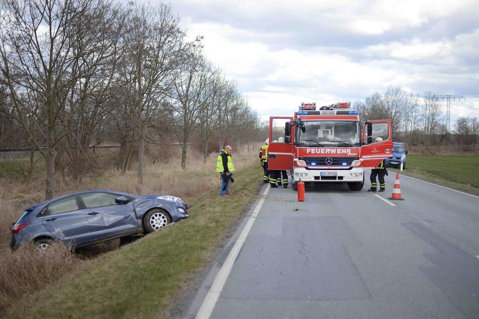Aus bislang ungeklärter Ursache kam das Fahrzeug nach rechts von der Fahrbahn ab und überschlug sich.