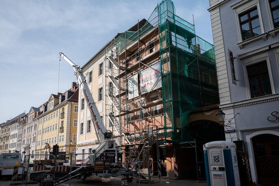Das Bild zeigt das eingerüstete Gebäude Obermarkt 33. Vom dritten Obergeschoss ist nicht mehr viel übrig.