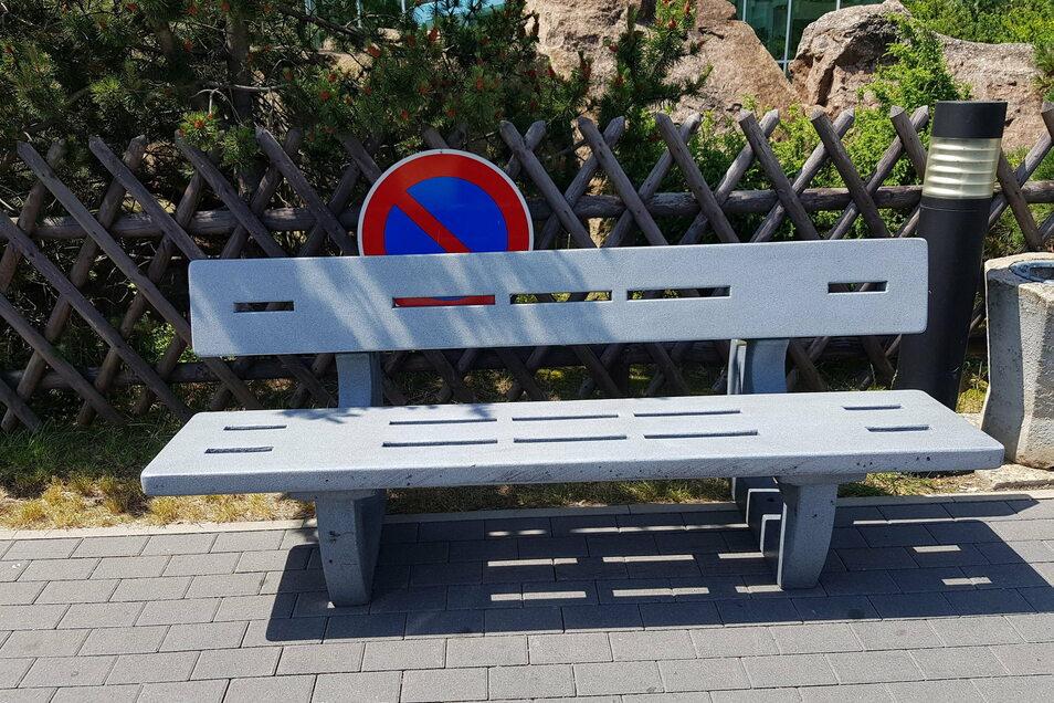 Entsprechend den Abstandsregelungen werden in den öffentlichen Parkanlagen neue Beschilderungen eingeführt, durch die das Verweilen auf Bänken eingeschränkt wird.