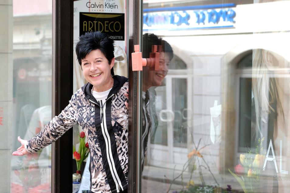 Gaby Hähnel, Inhaberin der Parfümerie Novita in der Meißener Elbstraße, freut sich, ab Montag nach vier Wochen erzwungener Schließzeit wieder öffnen zu können.