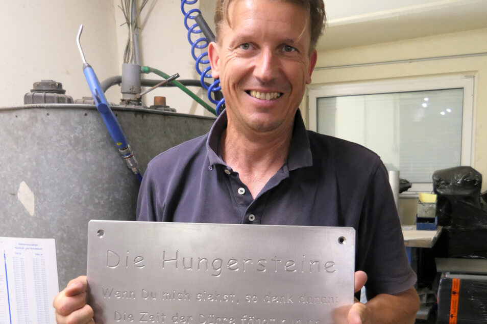 Maschinenbauer Rico Wächtler hat die beschriftete Tafel dafür in seiner Dresdner Firma hergestellt.