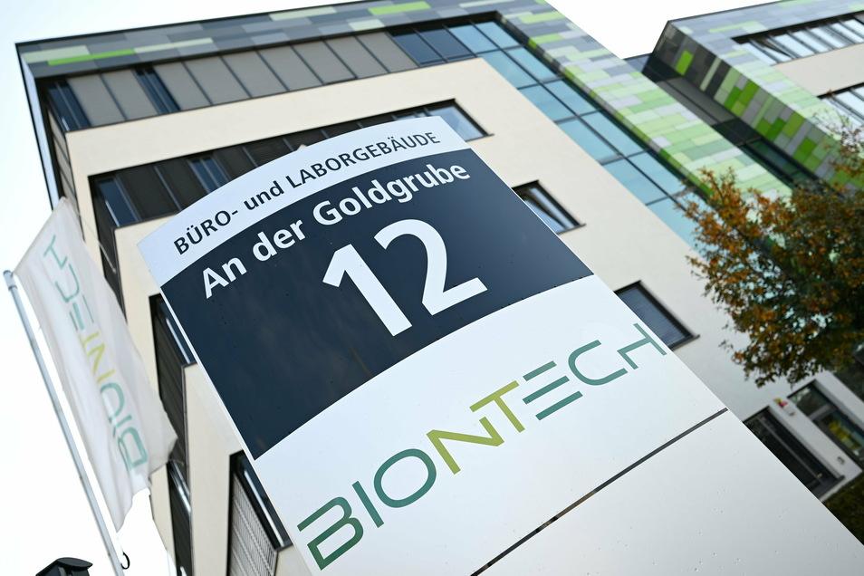 Das BioNTech-Logo vor der Unternehmenszentrale in Mainz: Gemeinsam mit dem US-Pharmariesen Pfizer wird jetzt eine Impfstoffzulassung beantragt.