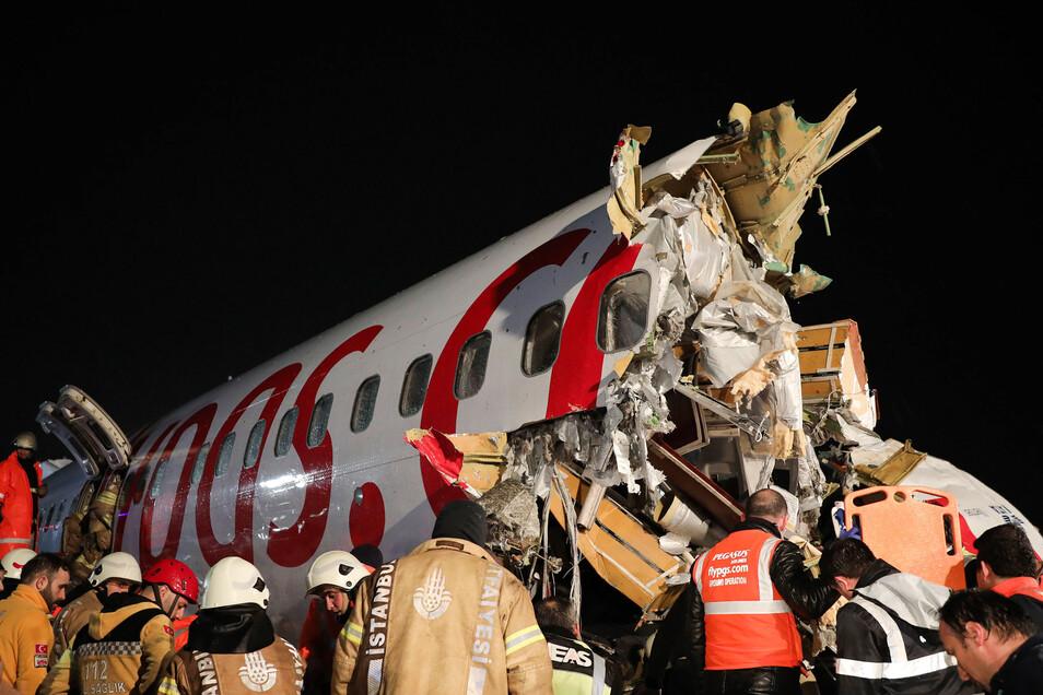 Eine Maschine des türkischen Billigfliegers Pegasus mit 183 Menschen an Bord war am Mittwoch bei der Landung aus noch unbekannter Ursache von der Piste abgekommen und auseinandergebrochen.