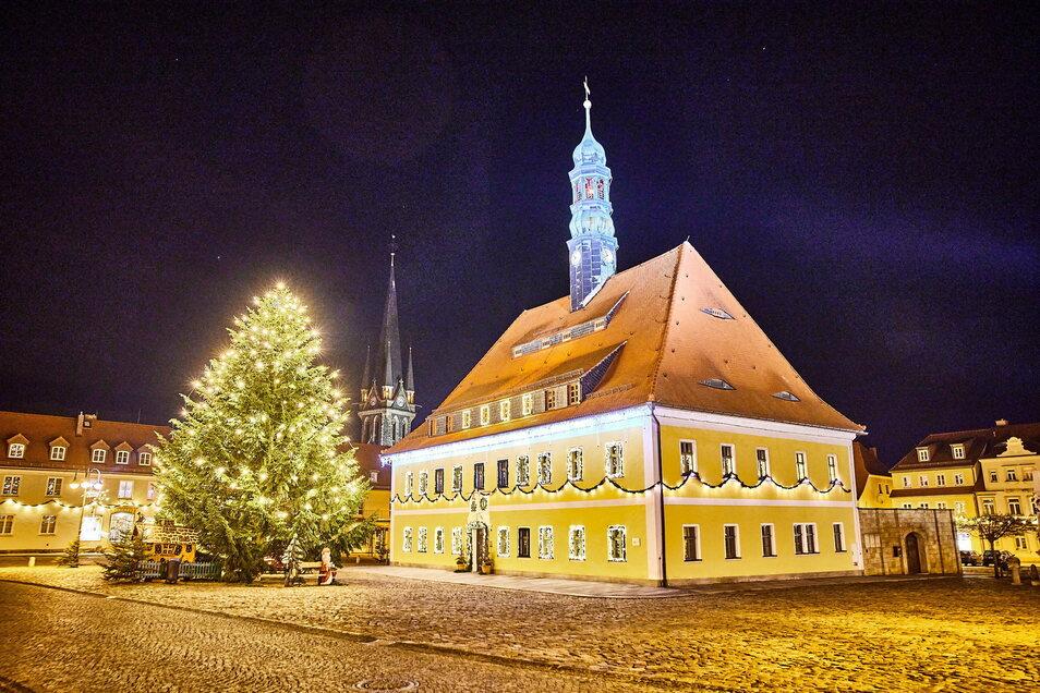 Strahlen um die Wette: Das Rathaus und der Weihnachtsbaum auf dem Marktplatz in Neustadt.