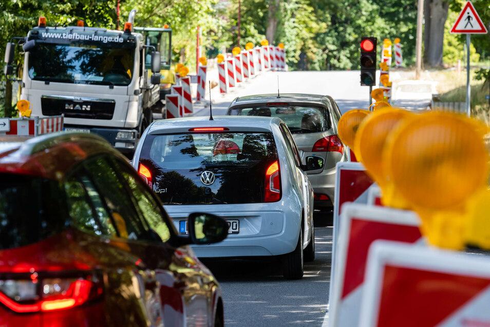 Ampelrot am Schmöllner Weg: Nicht nur hier brauchen Autofahrer in Bischofswerda zurzeit Geduld, denn an vielen Stellen in der Stadt wird gebaut.