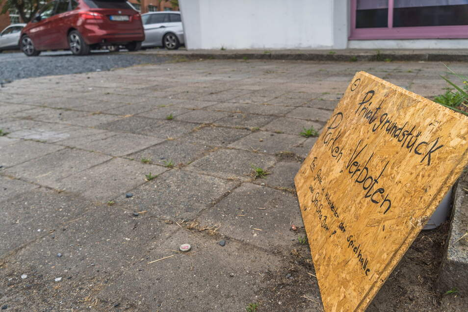 """... das an der Zufahrt aufgestellte Schild """"Privatgrundstück. Parken verboten"""" wird von vielen Autofahrern nicht bemerkt – oder gar ignoriert."""
