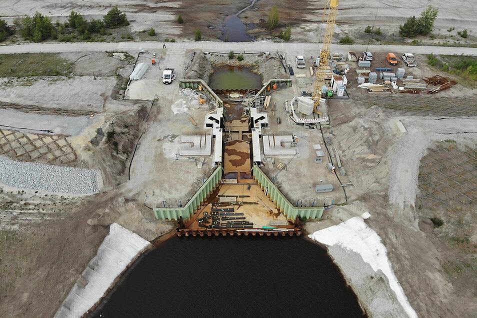 Seit Jahresbeginn wird am Blunodamm der sogenannte Überleiter 3a zwischen dem Neuwieser See und dem Blunoer Südsee weitergebaut. Man hatte schon vor Jahren mit den Bauarbeiten begonnen, nach den Rutschungen 2010 aber neu planen müssen. Der Kanal wird m