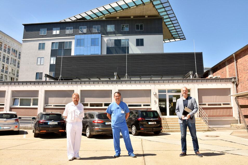 Die beiden Chefärzte Frank Dietrich und Heiko Sahre sowie Geschäftsführer Mirko Papenfuß informierten am Mittwoch über die Pandemiezeiten im Lausitzer Seenland-Klinikum. Für die Mitarbeiter gibt es nicht nur Lob, sondern auch materielle Anerkennung.