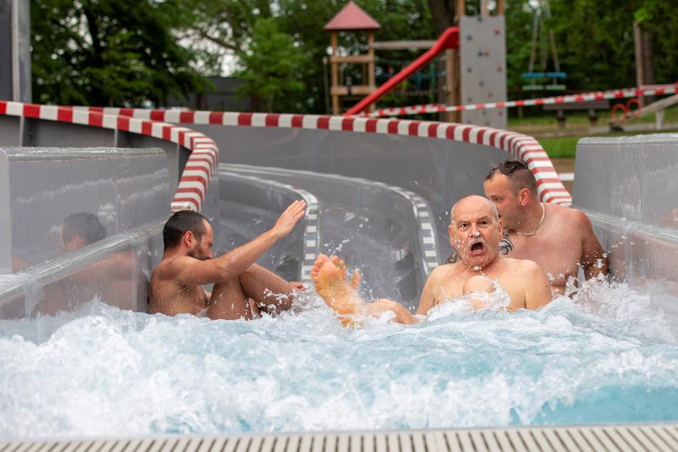 Drei Stadträte gehen baden: Alexander Hesse, Volker Bräunsdorf und Daniel Barthels (v.l.) waren die Ersten auf der Rutsche.