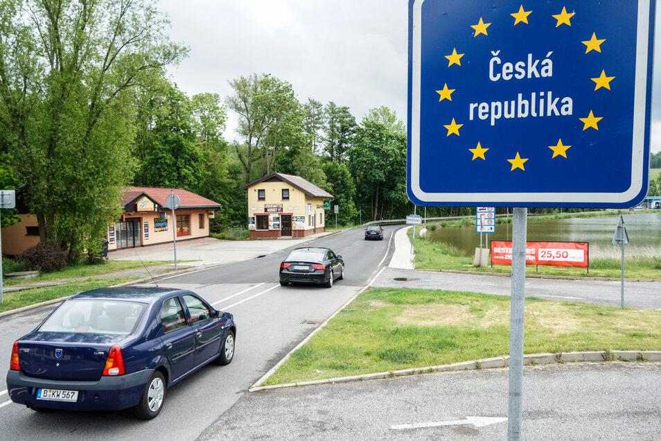 Bereits gegen 11.30 Uhr rollten am Freitag am Grenzübergang Sohland / Rozany Autos Richtung Tschechien - nach fast zwölfwöchiger Schließung ist die Grenze wieder offen