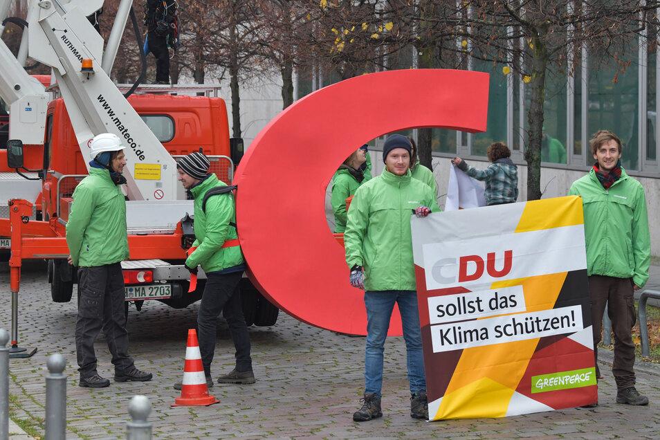 Greenpeace-Aktivisten hatten in der vergangenen Woche das C des CDU-Logos am Konrad-Adenauer-Hause in Berlin abmontiert und gestohlen.