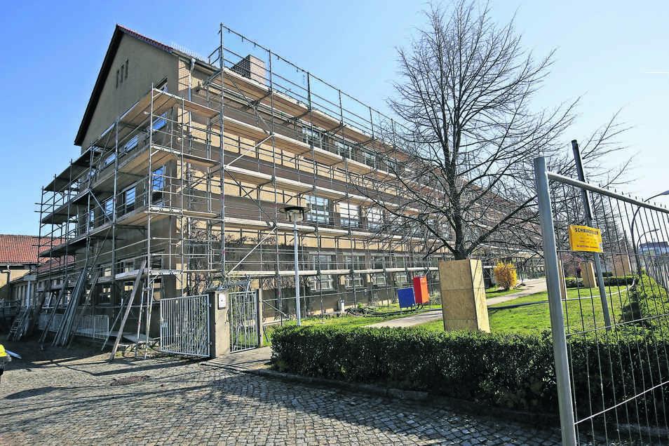 Die Oberschule Am Merzdorfer Park ist bereits eingerüstet. Bis 2021 soll die Einrichtung saniert und erweitert werden, die Schüler lernen indes am Storchenbrunnen.