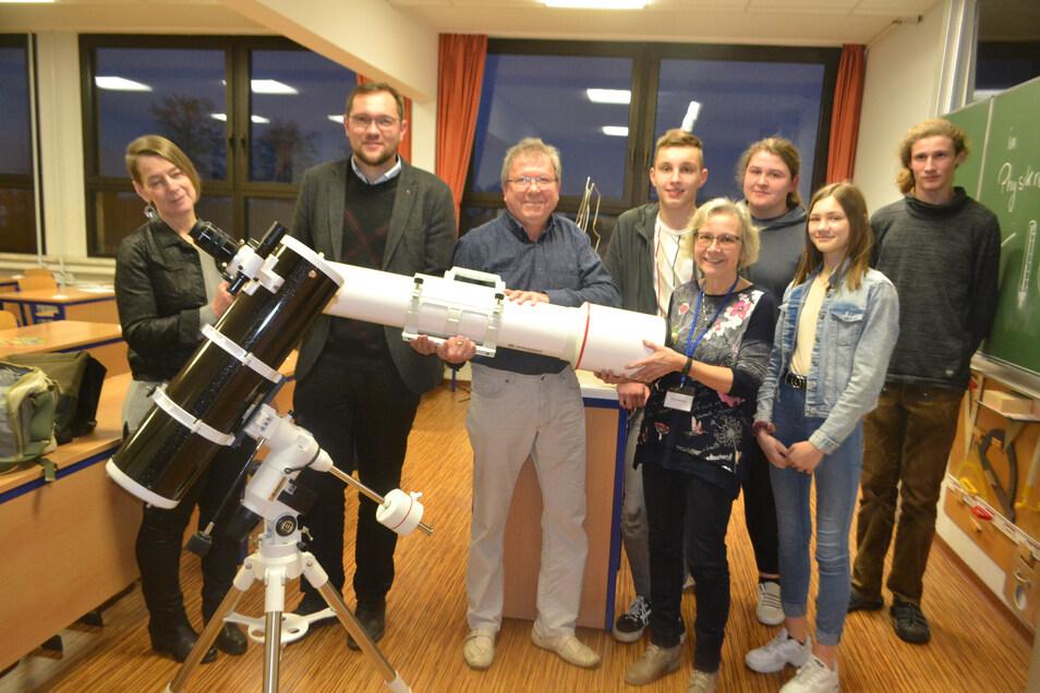 Ungewöhnliches Geschenk beim Tag der offenen Tür: Der pensionierte Physiklehrer Joachim Leppich (3.v.l.) übergibt zwei Teleskope an die Ebersbacher Oberschule.