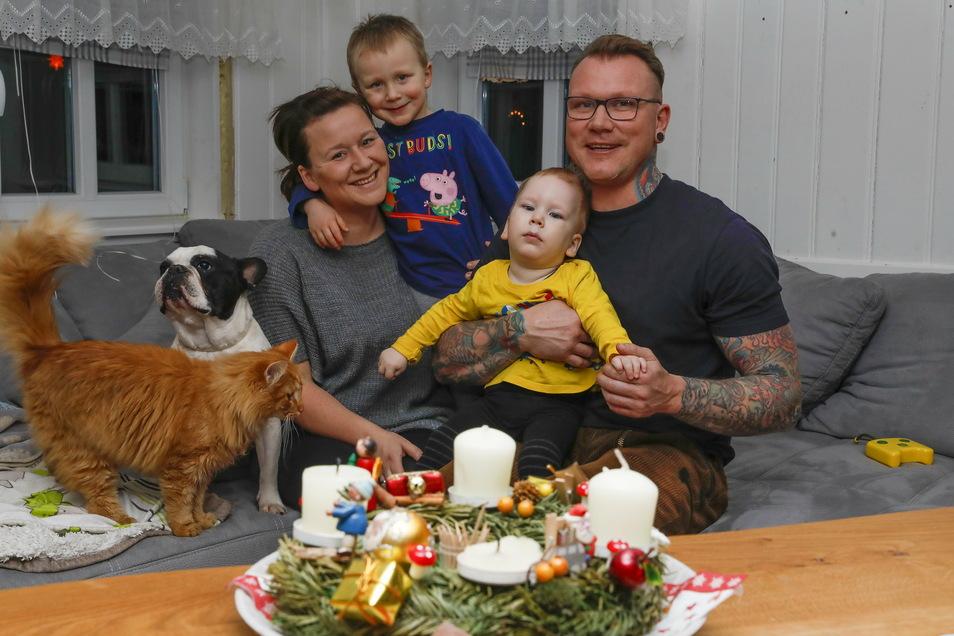 Eine glückliche Familie: Melanie und Michael Krause mit ihren Söhnen Gustav und Anton in der Blockstube ihres Umgebindehauses in Niederoderwitz.